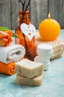 Composición de spa con jabón orgánico hecho a mano.