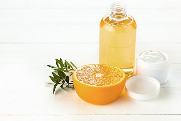 Composición de spa con naranja, loción y crema.