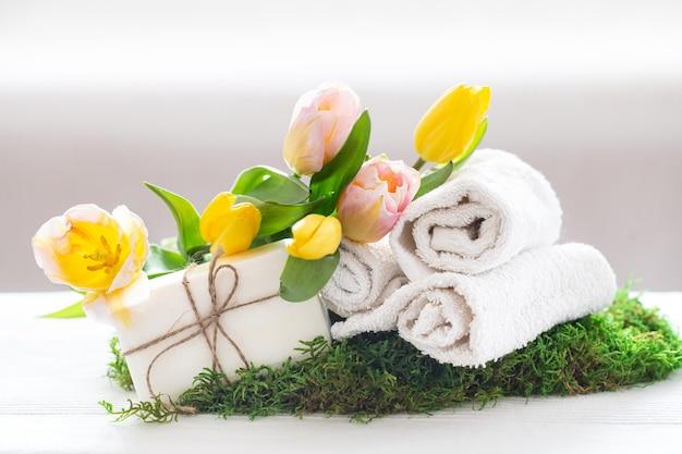 Composición de spa de primavera con flores de tulipán