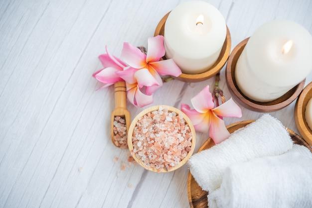 Composición de spa relajante natural en camilla de masaje en el centro de bienestar