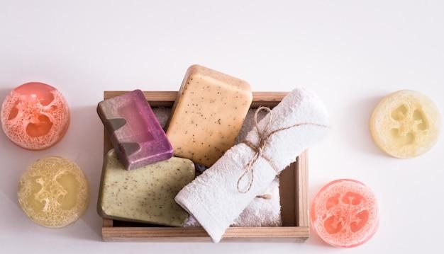 Composición de spa sobre fondo blanco jabón en caja