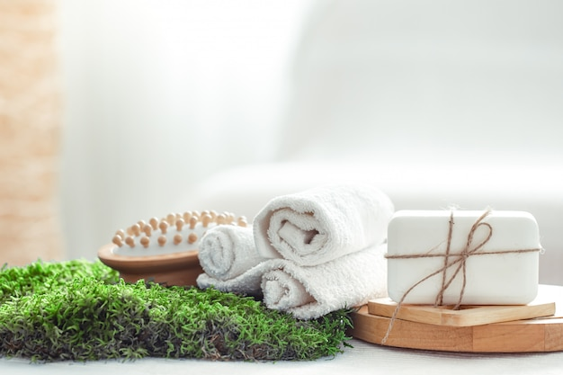 Composición de spring spa con artículos para el cuidado del cuerpo con tulipanes frescos sobre luz, belleza y salud.