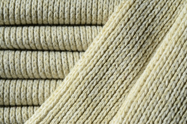 Composición de un suéter de punto amarillo suave. textura macro de ligaduras en hilos.