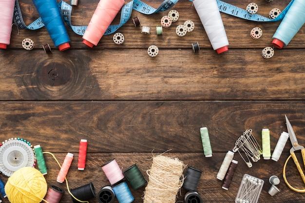 Composición de suministros de costura en la mesa