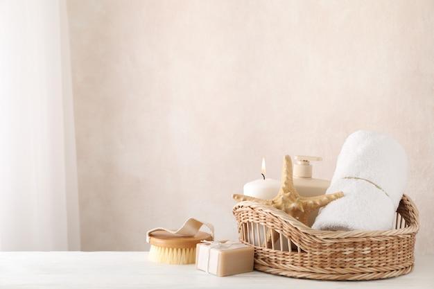 Composición con suministros de spa sobre fondo blanco de madera, espacio de copia