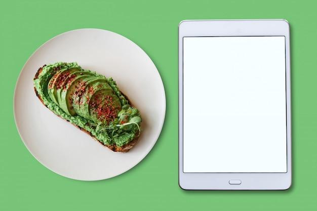 Composición. tableta vacía y comida