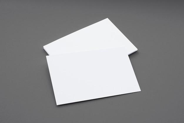 Composición de tarjetas en blanco aislado en gris