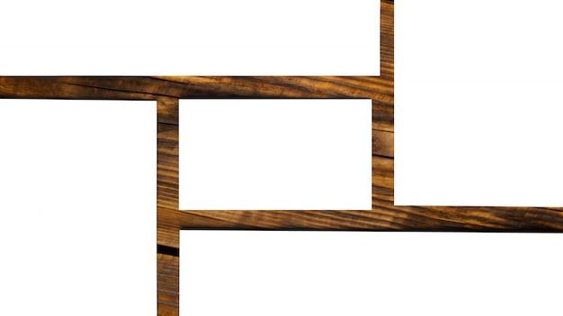 Composición de tarjetas en blanco sobre mesa de madera