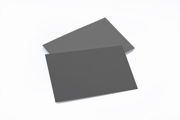 Composición de tarjetas de visita negra en blanco aislada en blanco