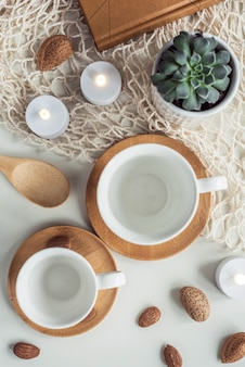 Composición de tazas de té de café con leche y nueces almendras