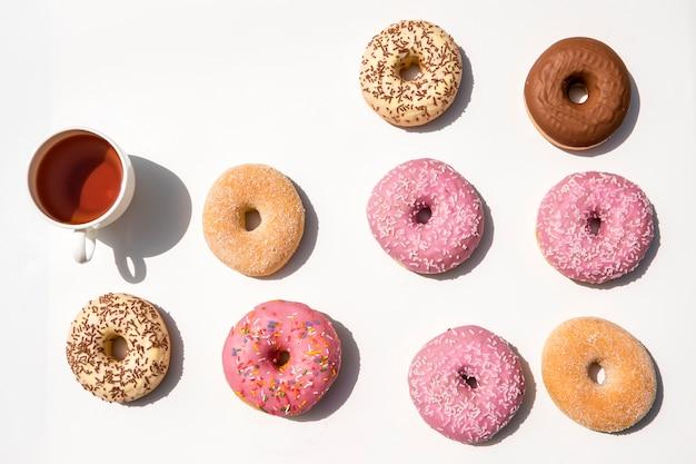 Composición de té con donuts