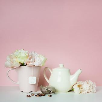 Composición de té y flores.