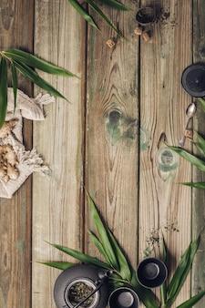 Composición de té de jengibre plano, haciendo té en la mesa de madera