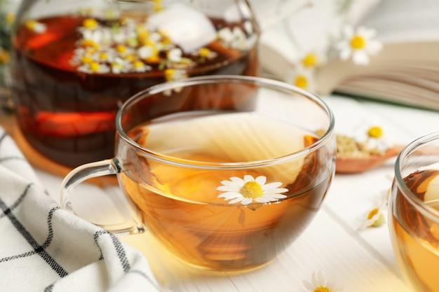 Composición con té de manzanilla en madera blanca