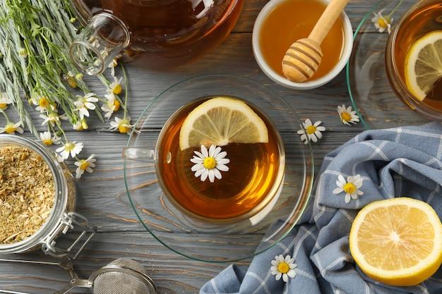 Composición con té de manzanilla sobre madera gris
