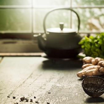 Composición del té en la mesa de madera, de cerca