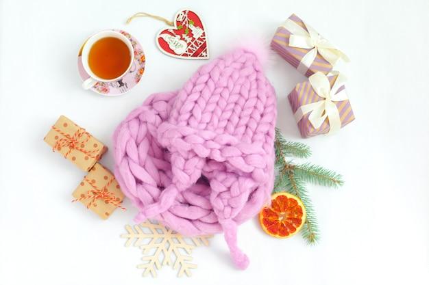 Composición tejida a mano con gorro cálido de color pastel
