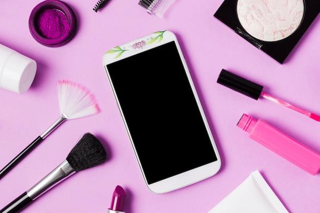 Composición del teléfono móvil y cosméticos de maquillaje.