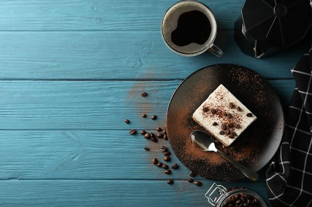 Composición con tiramisú y café en madera.
