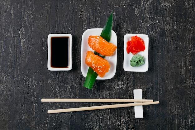 Composición tradicional de sushi japonés