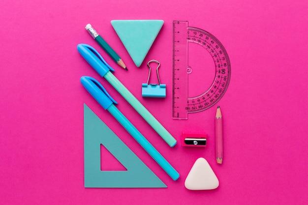 Composición de útiles escolares de bodegón plano laico