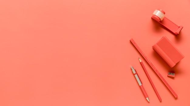 Composición de útiles escolares en color rosa.