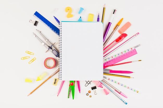 Composición de útiles escolares y de instrumentos de dibujo