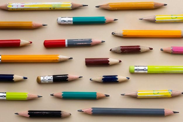 Composición de útiles escolares de naturaleza muerta