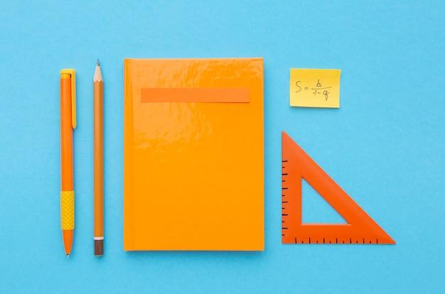 Composición de útiles escolares planos laicos