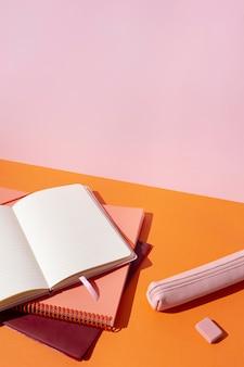 Composición de útiles escolares sobre la mesa