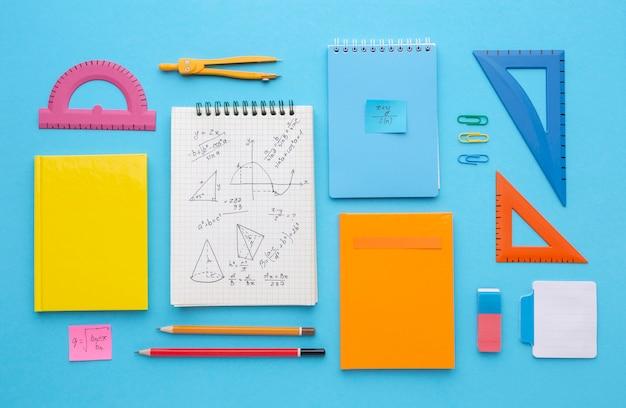 Composición de útiles escolares de vista superior