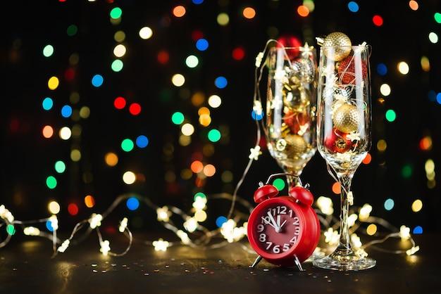 Composición de vacaciones de año nuevo con copas de champán y bokeh
