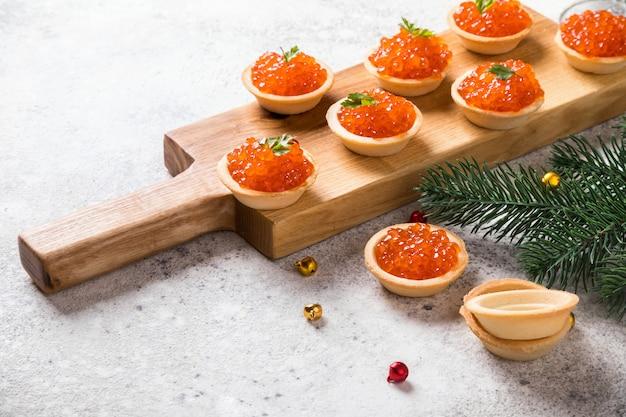 Composición de vacaciones de navidad año nuevo. caviar de salmón rojo
