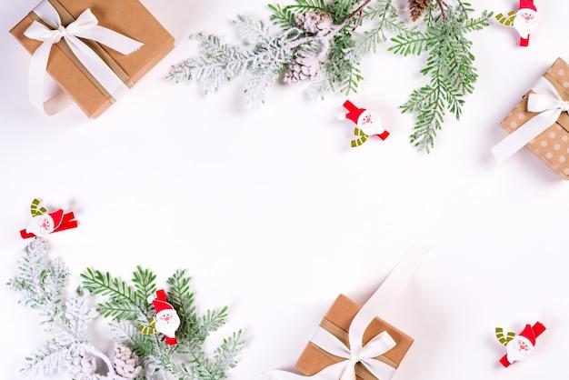 Composición de vacaciones de navidad y año nuevo. mock up marco con ramas de abeto, caja de regalo, cintas y santa claus. endecha plana, vista superior festiva.