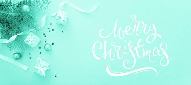 Composición de vacaciones de navidad en la pared de luz con letras feliz navidad