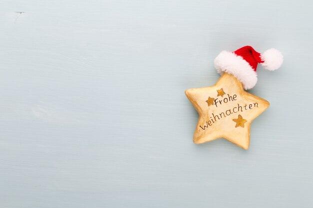 Composición de vacaciones de navidad sobre fondo de madera. decoración del árbol de navidad y copie el espacio para su texto.