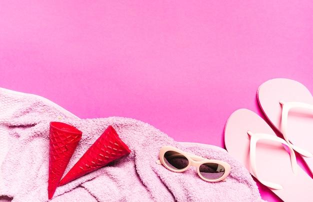 Composición de vacaciones de playa sobre fondo rosa