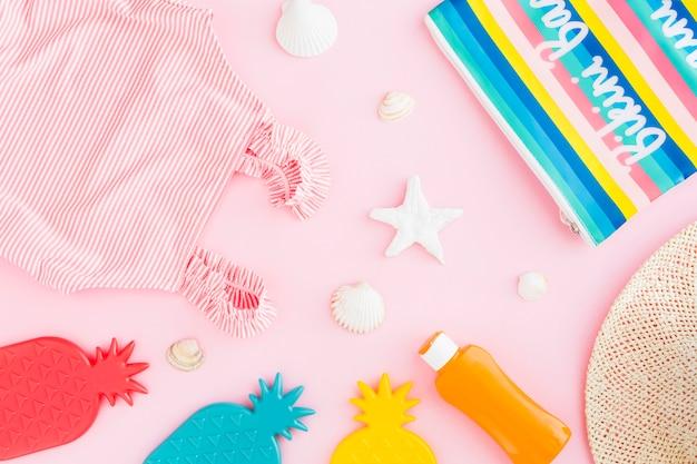 Composición de vacaciones de verano sobre fondo rosa