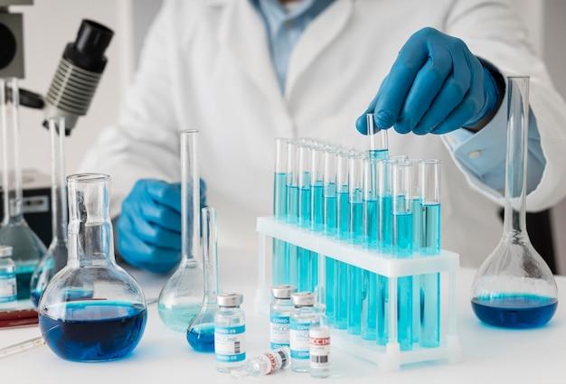 Composición de la vacuna contra el coronavirus en el laboratorio.