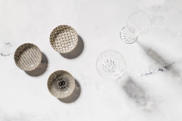 Composición de vajilla variada sobre mesa de mármol.