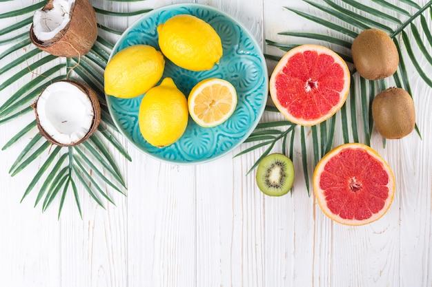 Composición de varias frutas tropicales frescas