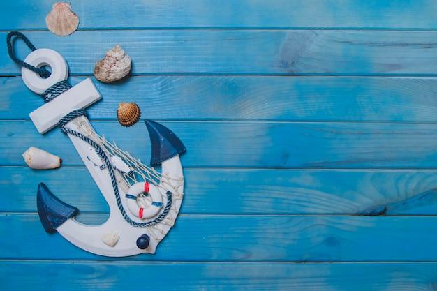 Composición veraniega con ancla, conchas marinas y espacio en blanco