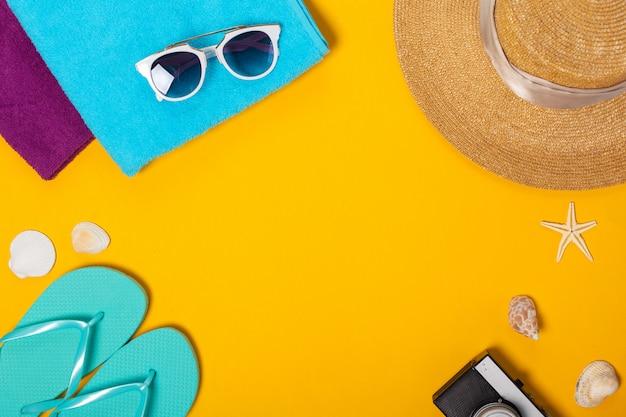 Composición de verano de accesorios de playa y vista superior de conchas marinas