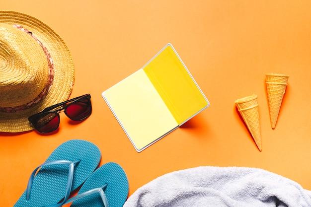 Composición de verano con conos de waffle de cuaderno y helado sobre fondo brillante