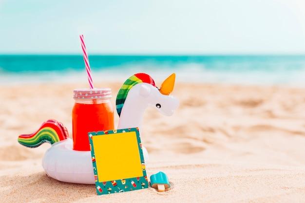 Composición de verano con inflable unicornio.