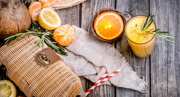 Composición de verano con jugo de naranja fresco