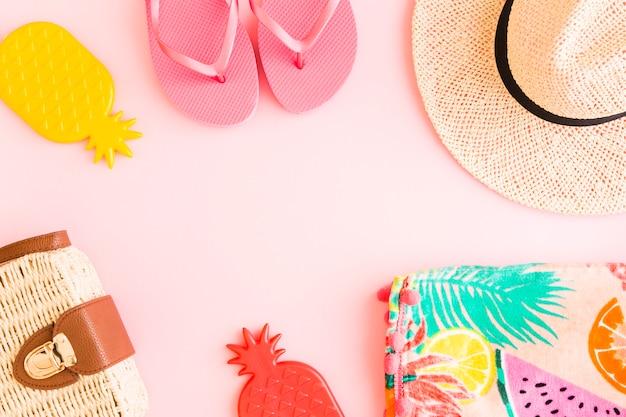 Composición de verano sobre fondo rosa