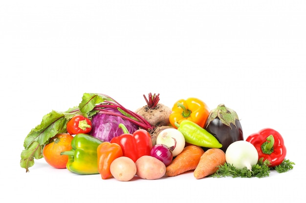 Composición con verduras maduras aisladas. buena cosecha