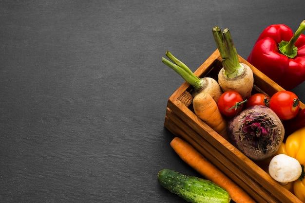 Composición de verduras sobre fondo oscuro con espacio de copia