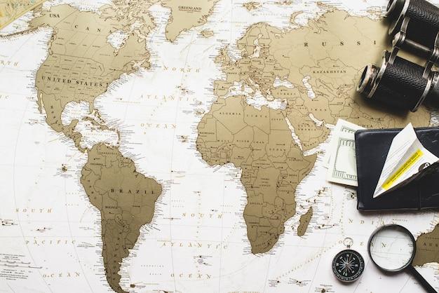 Composición de viaje con mapa del mundo y artículos decorativos